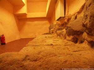 relikty fundamentów w sali dydaktycznej