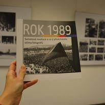 zdjęcie przedstawia katalog wystawy na tle ekspozycji