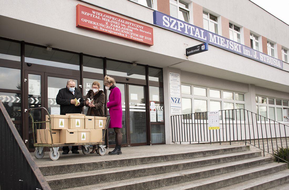 Dyrekcja szpitala przyjmuje książki