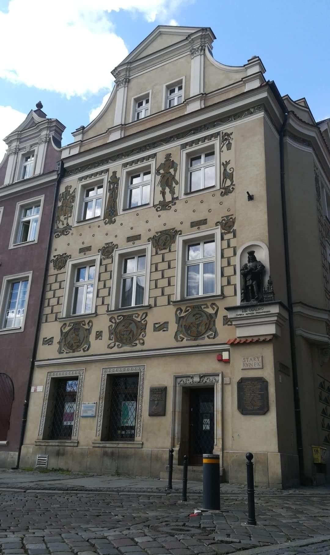 Zdjecie kamienicy, w której mieści sie Muzeum Literackie Henryka Sienkiewicza.