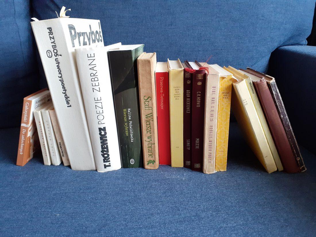 zdjęcie przedstawia tomiki wierszy różnych autorów